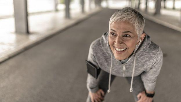 Retrato da mulher atlética com cabelo branco, descansando após exercício