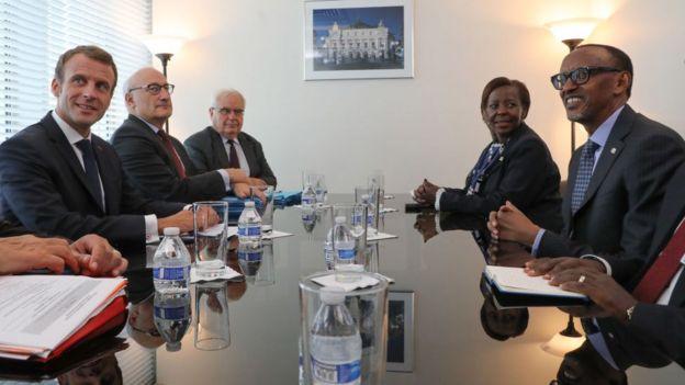 À gauche, Emmanuel Macron (le président français) et à droite, Paul kagame (le président rwandais) et Louise Mushikiwabo (Secrétaire Générale de la Francophonie depuis janvier 2019).