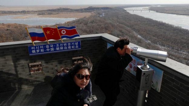 遊客在中朝俄三國邊境交界中國吉林琿春一側眺望朝鮮(24/11/2017)