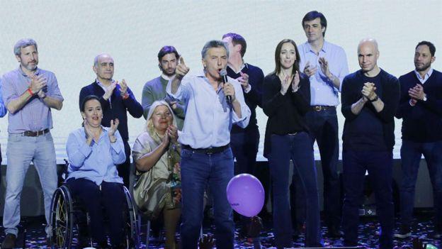 Macri celebra junto con el equipo de Cambiemos.