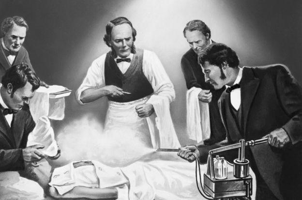 Ilustración que muestra a Lister rociando a un paciente con ácido carbólico.