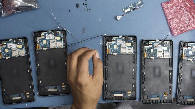 Técnicos arman celulares
