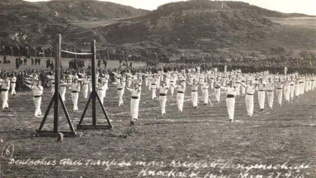 Joseph Pilates enseñó sus técnicas de movimiento a muchos de los 23.000 hombres que estuvieron detenidos en el campamento de Knockaloe, en la Isla de Man. (Foto: The Mannin Collection)