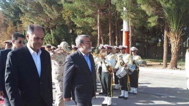 استاندار سابق سیستان و بلوچستان (چپ) امروز برای استقبال از وزیر کشور (راست) به فرودگاه زاهدان رفت
