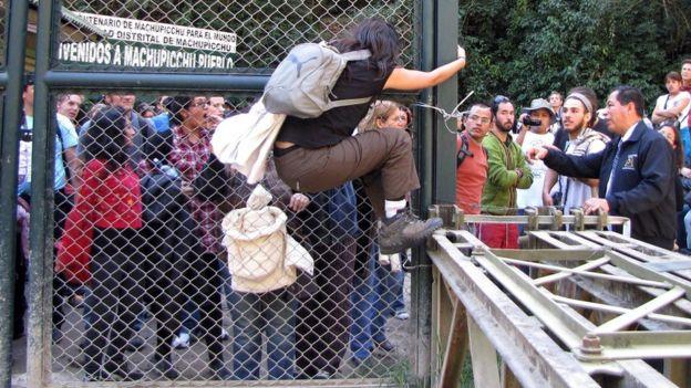 Protes di Machu Pichu 25 Juli 2011 karena adanya pembatasan penjualan tiket.