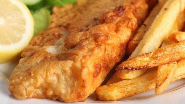 Peixe frito com batatas e limão