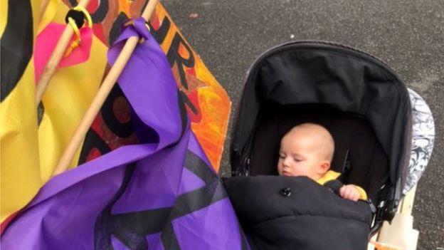 El bebé Jack, acompañando a su madre durante unas protestas.