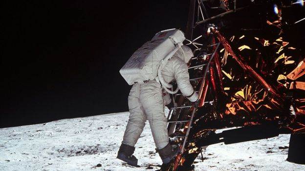 Buzz Aldrin descendo do módulo lunar