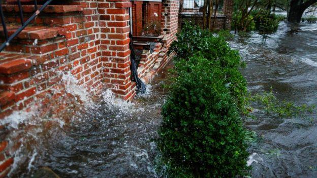 Águas inundam casas na cidade de New Bern