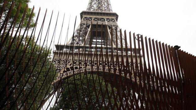 Vallas metálicas en la Torre Eiffel