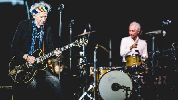 老年滚石乐队成员演出现场