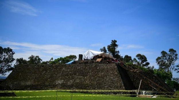 Tenda onde funcionários trabalham na pirâmide de Teopanzolco no México