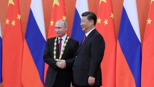 普京獲頒中國友誼勳章後,與習近平握手。