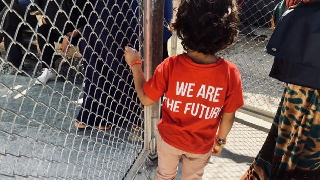 """Un niño con una camisa que dice """"Somos el futuro"""""""