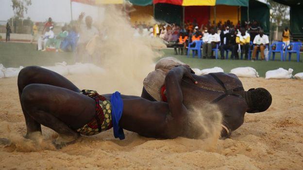 Un combat de lutte lors de la plus grande compétition de lutte du Sénégal.