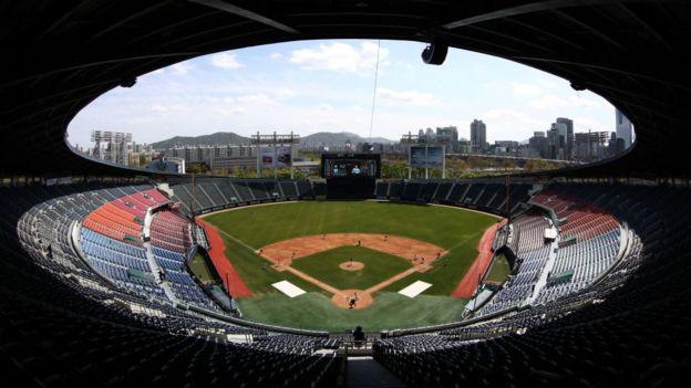 Estadio Jamsil de béisbol el 21 de abril, sin público.