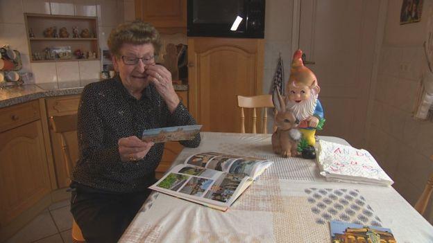 Anneke van sen Berg bu oyunu kimin düzenlediğini merak ediyor.