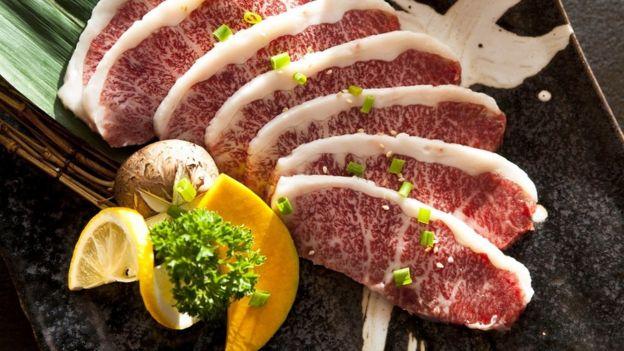 قطع من لحم الواغيو الدهنية