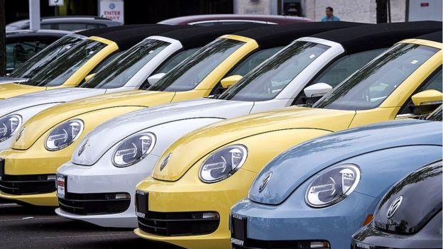 Modelo Volkswagen Beetle en un concesinario de Estados Unidos.