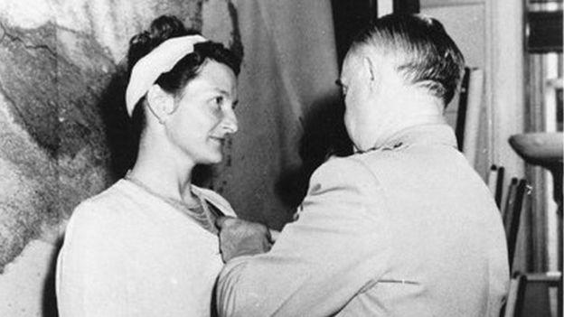 Вирджинию Холл награждает Крестом за Особые Заслуги глава Управления стратегических служб генерал Уильям Дж. Донован