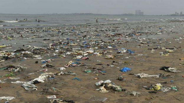 Praia em Mumbai cheia de escombros.