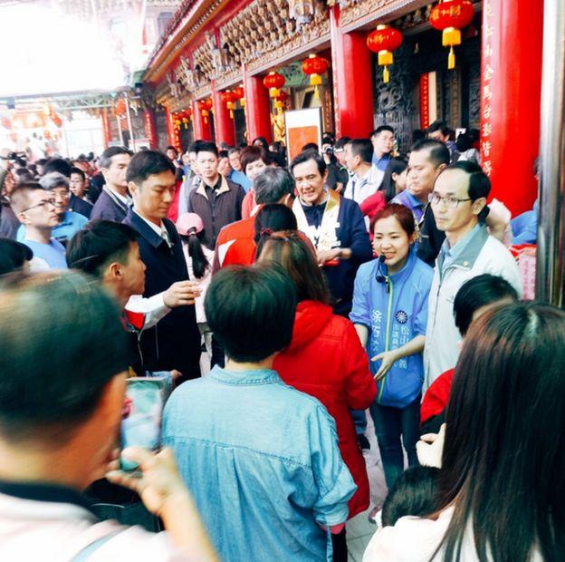 前总统马英九卸任至今,每到了春节发红包依旧吸引众多支持者,市议员参选人也趁此机会宣传。