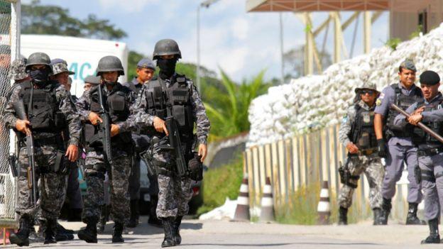 Policiais em frente a presídio de Manaus