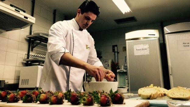 O chef Rossano Linassi prepara quitutes