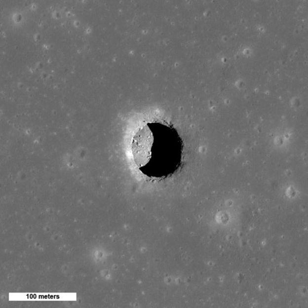 Abertura de una de las cuevas en la Luna captada por el Lunar Reconnaisance Orbiter