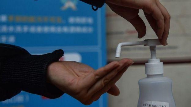 Una persona poniéndose gel desinfectante en la mano.