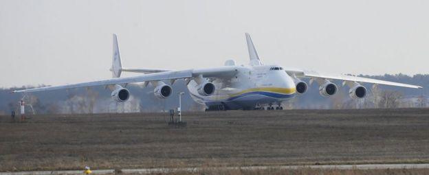 Un Antonov An-225 a punto de despegar.