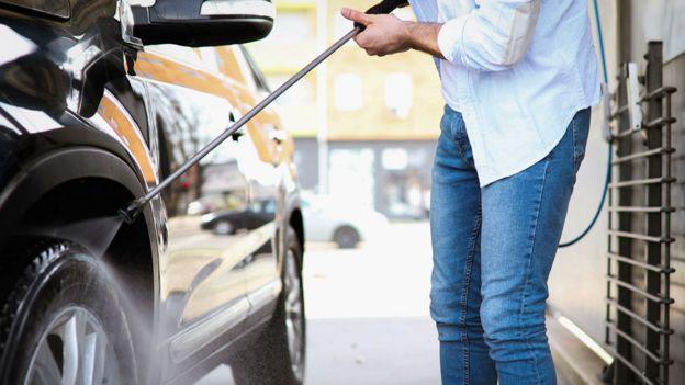 Homem lava carro