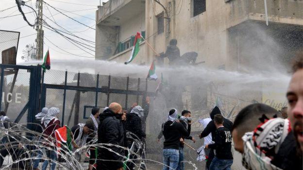 Lübnan'ın başkenti Beyrut yakınlarındaki protestoda, protestoculara biber gazı ve tazyikli su kullandı