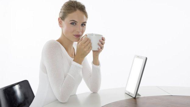 Mujer al lado de tableta.