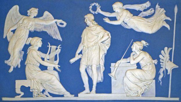 Una placa azul de Wedgwood Jasperware de alrededor de 1787 que representa la apoteosis de Virgilio.