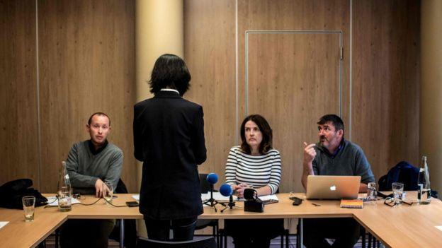 記者會舉行期間,孟太太背向鏡頭,不願意露臉。