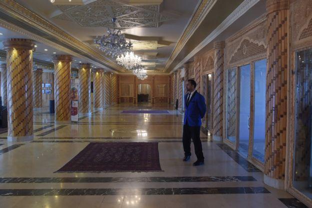 Hotel Intercontinental de Kabul dos meses después de los ataques.