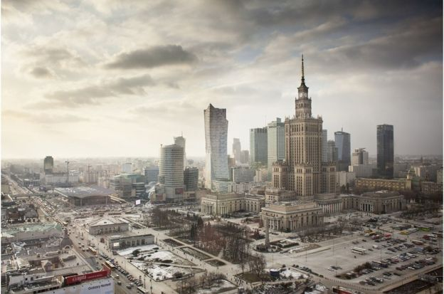 華沙居民基於舊城規劃和畫作,用自己的雙手重建了這座城市