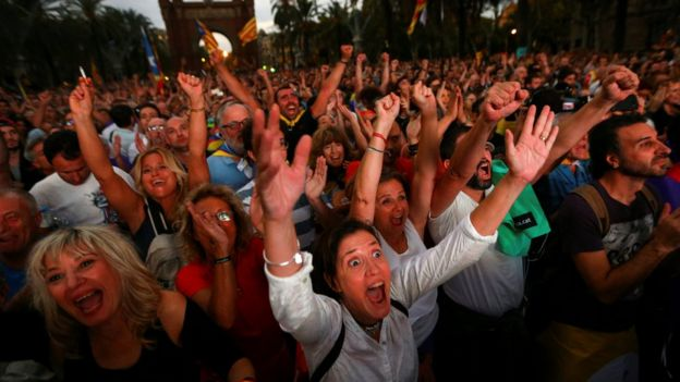 Miles de personas se concentraron en las calles cercanas del parlamento catalán para seguir el discurso del presidente Carles Puigdemont en pantallas gigantes.