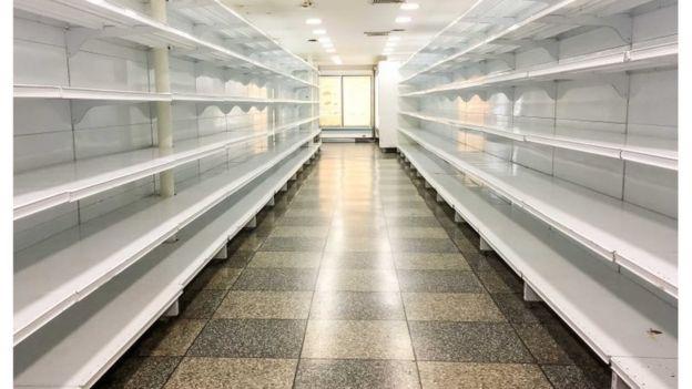 Prateleiras vazias de um supermercado em Caracas