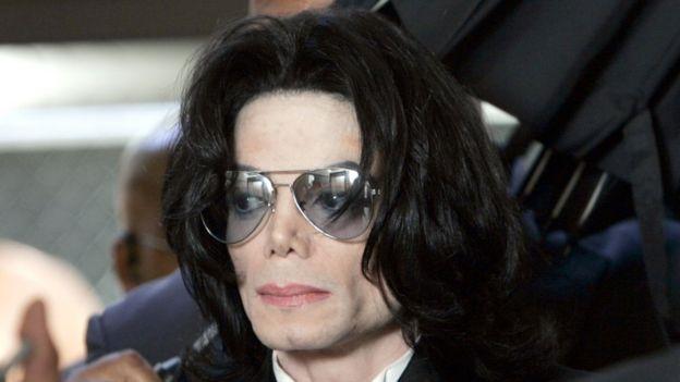 Michael Jackson al entrar en el tribunal para escuchar el veredicto del juicio en su contra, en 2005