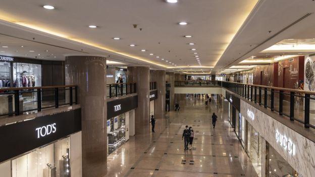 疫情爆发后,香港旅游及零售业备受打击,商场人流稀少。