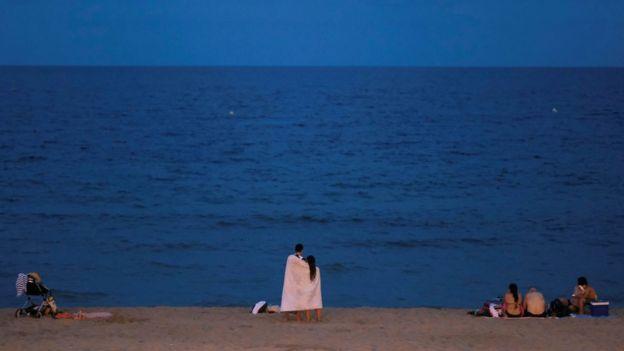 На барселонском пляже безлюдно