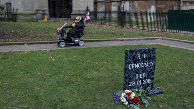 İngiliz parlamentosunun önüne 'Denokrasi öldü' yazılı mezar taşı dikildi