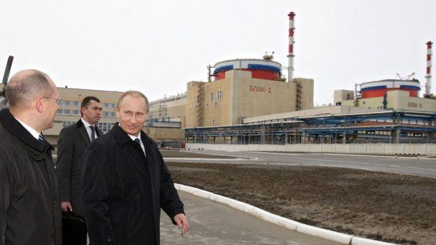 Putin em frente a uma central nucelar