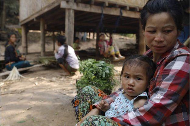 一位老撾婦女擔心,如果他們必須遠離湄公河,家庭日常開支會上漲,因為湄公河這一重要的交通渠道為他們帶來了食物。