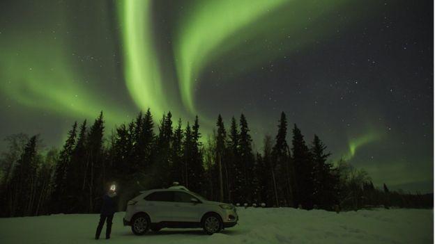 Turistas vão a Polo Norte para ver as famosas luzes do norte ou Auroras Boreais