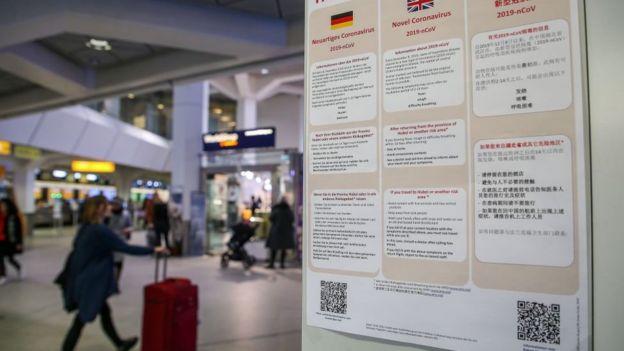Thông tin cảnh báo về chủng virus corona mới được dán tại sân bay Berlin, Đức. Nước này là quốc gia mới nhất ngoài Trung Quốc xác nhận có người nhiễm chủng virus corona mới.