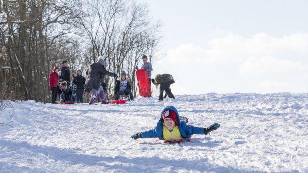 Niños jugando en la nieve.