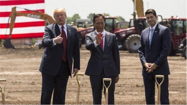 Tổng thống Trump và Chủ tịch Hạ viện Paul Ryan (phải) chính thức ra mắt công trình tại nhà máy mới đầu tiên của Foxconn ở Wisconsin